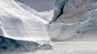 Ob die Eisberge vor Grönland langsamer schmelzen, wenn noch mehr Dämmplatten verbaut werden, ist umstritten.
