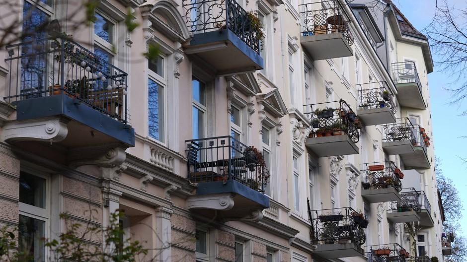 Mit Stuck und Balkon