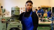 Eine junge Asylbewerberin in der Ausbildungswerkstatt einer Berufsschule. Solche Bilder wünscht sich Daimler noch viel häufiger.