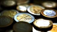 Die Zentralbanken halten noch knapp 25 Prozent ihrer Währungsreserven in Euro - und mehr als 60 Prozent in Dollar.
