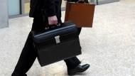 Wer nimmt wie viel Geld mit nach Hause? Der Abstand zwischen Vorstand und einfachem Angestellten ist häufig eklatant.