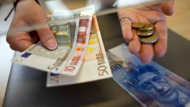 Schweizer Banken gehen die Euro-Scheine aus