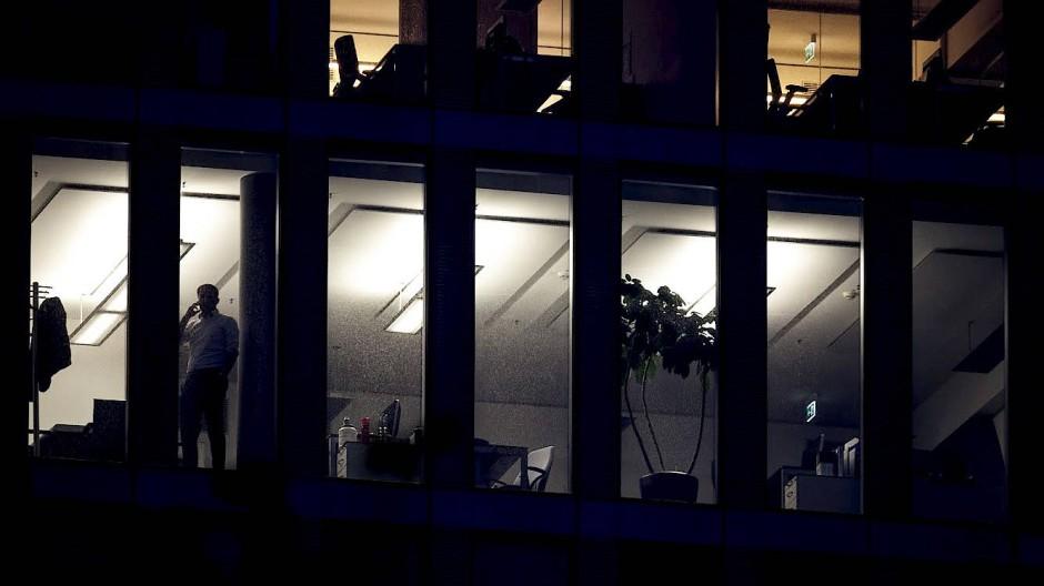 Noch ein Anruf: Leitende Angestellte hat der Gesetzgeber, so wie selbständige Unternehmer, aus dem Arbeitszeitgesetz herausgenommen.