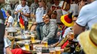 Deutsche Fußballfans in einem französischen Café.