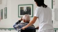 Gute Pflegerinnen sind viel wert – doch wer soll sie bezahlen?