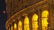 Das Kolosseum bei Nacht.
