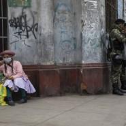 Frau mit Mundschutz in den Straßen von Lima (Peru)