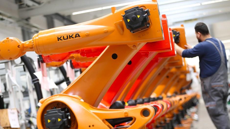 Kuka-Roboter werden in einer Produktionshalle der Zentrale in Augsburg montiert.