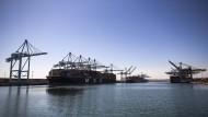 Der Hafen von Los Angeles arbeitet nun rund um die Uhr, um die Rückstaus abzubauen.