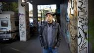"""""""Ich kann nicht verstehen, wer heute noch freiwillig in bestimmte Teile von Kreuzberg zieht"""", sagt Rouzbeh Taheri, hier am Kottbusser Tor. Er ist der Mann hinter dem Berliner Volksbegehren zur Enteignung von Immobilienkonzernen."""