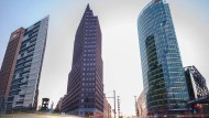 Potsdamer Platz: Der mit Ziegelsteinen verklinkerte Kollhoff-Tower in der Mitte des Bildes - bekannt für seine Aussichtsplattform - gehört zum Immobilienportfolio, das jetzt den Besitzer wechselt. Der Bahntower rechts gehört nicht dazu.
