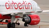 Harte Zeiten: Hartmut Mehdorn hat die 9300 Mitarbeiter von Air Berlin auf sein neues Sparprogramm eingestimmt.