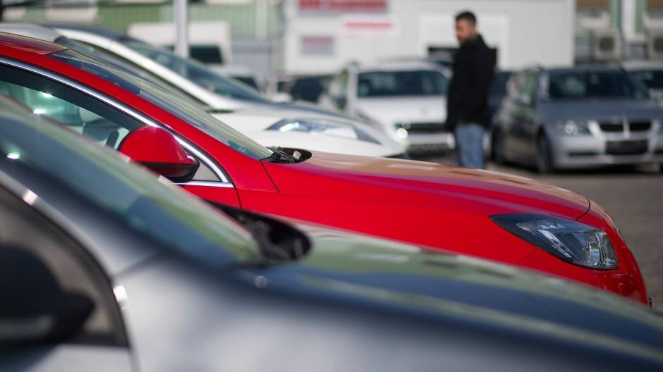 Autokäufer müssen lange auf ihre Neuwagen warten.