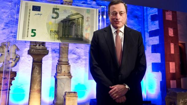 """""""Das neue Gesicht des Euro"""" - Museumsdirektor Egon Wamers und EZB-Präsident Mario Draghi stellen im Archäologischen Museum in Frankfurt die neuen 5-Euro-Scheine vor."""