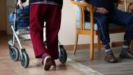 Der Fachkräftemangel im Bereich der Pflege ist ein Dauerthema.