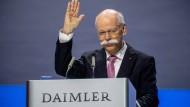 Dieter Zetsche winkt zu seinem Abschied auf der Hauptversammlung im Mai
