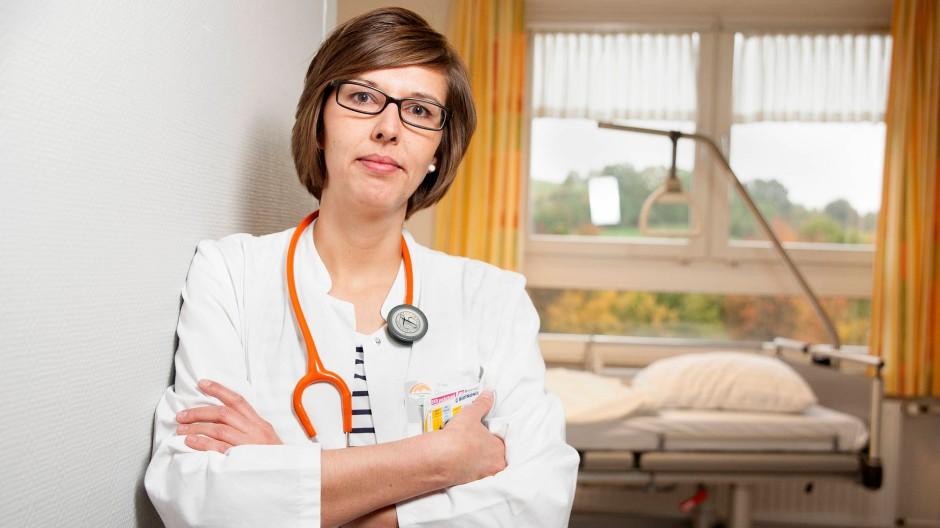 Schnelle Karriere in der Kleinstadt: Christiane Wenkel hat ihre Facharztprüfung noch nicht abgelegt, aber übernimmt schon die Aufgaben einer Oberärztin.
