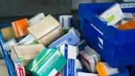 Medikamente einer Internet-Apotheke werden für den Versand vorbereitet.