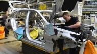 In der Mercedes-Produktion in Bremen: Bekommen künftig die meisten Autos keinen Verbrennungsmotor mehr eingebaut?