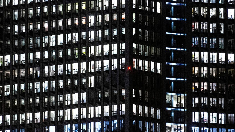Abends brennt in vielen Frankfurter Büros auch während der Pandemie noch Licht.