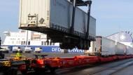 Container werden am Ostuferhafen in Kiel verladen: Deutschlands exportstarke Unternehmen haben einen guten Stark ins neue Jahr hinbekommen.