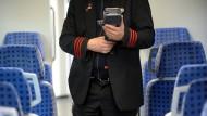 Fahrer mit Bahncard 100 werden in der Fahrkartenkontrolle nicht registriert  – der Bahn fehlt jegliche Übersicht.