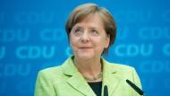 Nachdem die CDU im Saarland erfolgreich war, ist auch Merkel obenauf. Aber sollte man im Büro darüber reden?