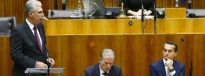 Kampfansage an den Kanzler: Finanzminister Hans Jörg Schelling (links) spricht in der Haushaltsdebatte, Regierungschef Christian Kern (rechts) lauscht.