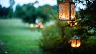Low-Tech: Im sanften Schein der Windlichter wirkt der Garten besonders gemütlich.