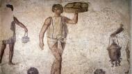 Sklaven bereiten ihren Eigentümern ein festliches Mahl. Mosaik, Karthago, 2. Jahrhundert n. Chr.