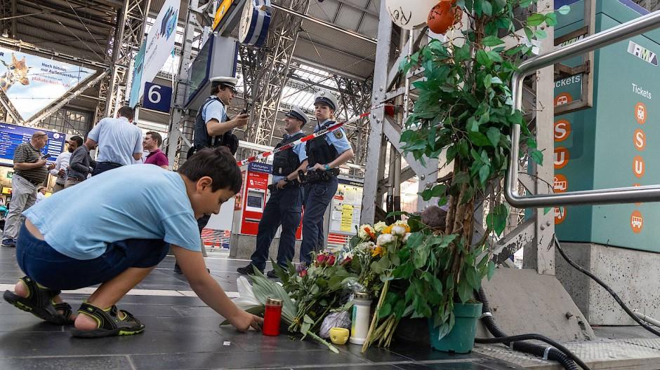 Trauer über den getöteten Jungen am Frankfurter Hauptbahnhof.