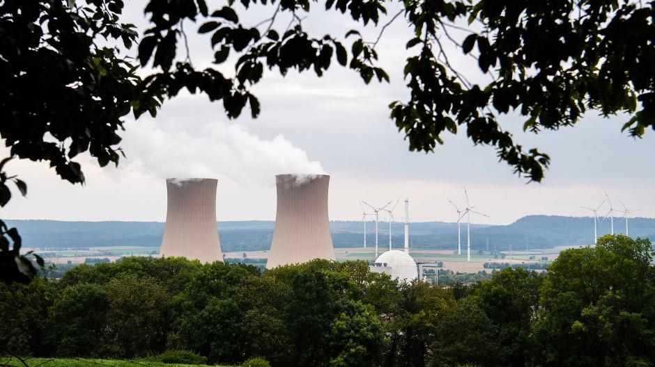 Umweltsünder oder Nachhaltigkeitsvorbild? Atomkraftwerk Grohnde in Niedersachsen