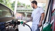 Auf Benzin fallen an der Tankstelle weniger Steuern an als auf Diesel.