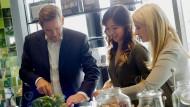 Karsten Ottenberg, BSH-Chef, mit Mengting Gao und Verena Hubertz, Gründerinnen von Kitchen Stories. BSH ist mit 65 Prozent an dem Start-up beteiligt.