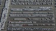 Neuwagen des VW-Konzerns stehen auf dem Autoterminal im niedersächsischen Emden. Im danebenliegenden VW-Werk wird der Passat produziert.