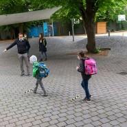 Mit Maske und Abstand auf dem Schulhof