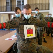 Entlang der Markierungen: Soldaten der Bundeswehr testen die App in der Berliner Julius-Leber-Kaserne.
