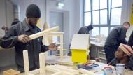 """Flüchtlinge arbeiten bei der Flüchtlings-Initiative """"Arrivo"""" der Handwerkskammer Berlin in der Schreinerei."""