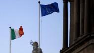 Vereint auf dem Dubliner Custom Hause: Die irische und die europäische Flagge