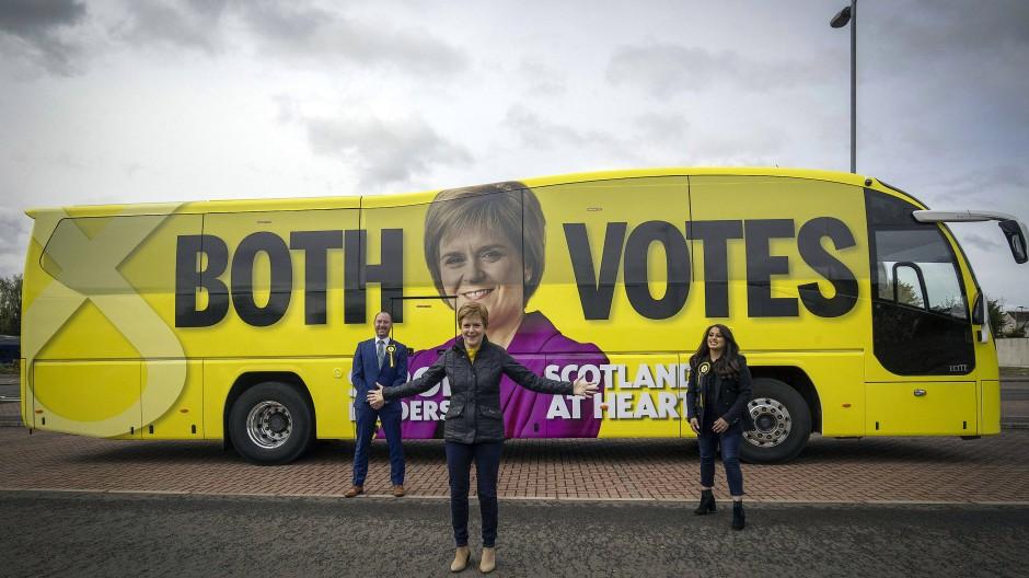 SNP-Chefin Nicola Sturgeon vor ihrem Wahlkampf-Bus