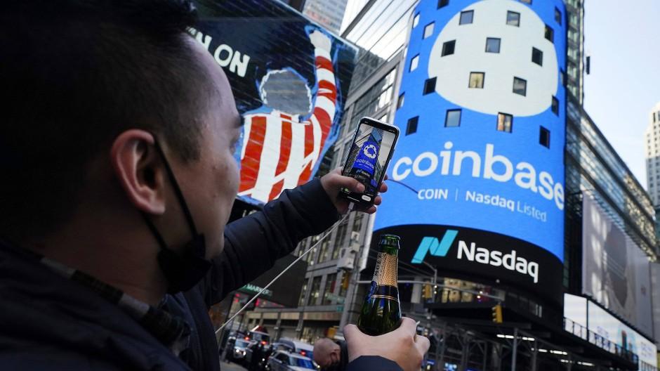 Ein guter Grund zum Feiern für diesen Mitarbeiter: Coinbase-Schriftzug am Times Square in New York zum Börsendebüt