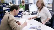 Vermittlungsgespräche in der Zeitarbeitsfirma: Ein immer häufigeres Bild.