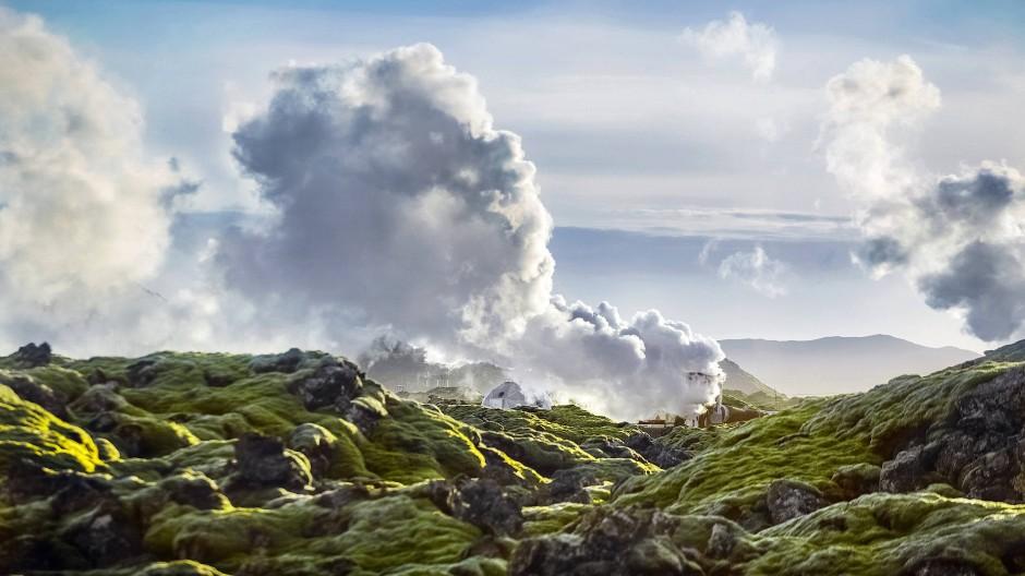 Fixierter Kohlenstoff in einem Basaltbohrkern im isländischen Hellisheidi, im Hintergrund ein Geothermalkraftwerk