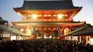 Neujahr in Tokio - viele Menschen haben sich vor dem Sensoji-Tempel in der japanischen Hauptstadt versammelt.