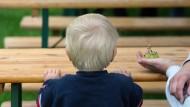 Angesichts der hohen Zahl von Kindern mit Hartz-IV-Bezug fordert das Deutsche Kinderhilfswerk eine umfassende Strategie dagegen.