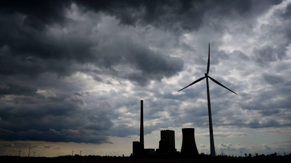 Das Kohlekraftwerk Mehrum, daneben Windräder