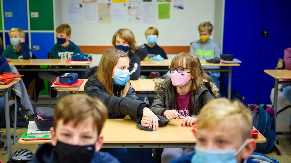 """Masken allein reichen nicht: SPD-Gesundheitsexperte Lauterbach warnt, dass der Schulbetrieb in seiner jetzigen Form """"zu einem hohen Risiko werde""""."""