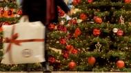 Ein Extra für den Geschenkeeinkauf: Etwa die Hälfte der Beschäftigten darf sich über ein Weihnachtsgeld freuen.