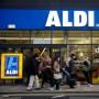 Vor einem Aldi-Supermarkt in London