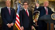 Trump und sein Wirtschaftsteam: Finanzminister Steve Mnuchin (m.) und Chefberater Gary Cohn (l.)
